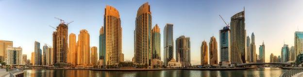 迪拜与游艇和多云天空,迪拜,阿拉伯联合酋长国的小游艇船坞海湾全景  免版税库存照片