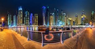 迪拜与游艇和多云天空,迪拜,阿拉伯联合酋长国的小游艇船坞海湾全景  免版税库存图片