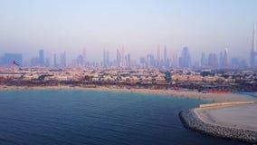 迪拜从海岸或海滩的地平线视图与城市风景和摩天大楼有Burj哈利法背景 惊人的天线 免版税图库摄影