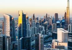 迪拜企业海湾鸟瞰图耸立在日落 库存照片