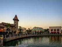 迪拜停放-观看它美好的大厦设计的Riverland日落史诗射击 免版税库存照片
