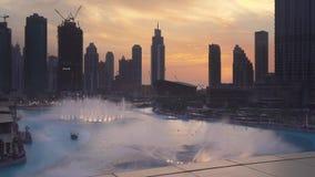 迪拜喷泉是在日落背景股票英尺长度录影的世界` s最大的舞蹈设计的喷泉系统 股票视频