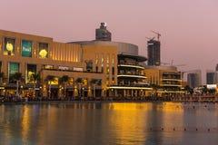 迪拜喷泉显示地方在迪拜购物中心 库存图片