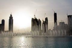 迪拜喷泉的晚上视图在迪拜购物中心附近的在迪拜,阿拉伯联合酋长国 免版税库存图片