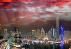 迪拜在人为运河的小游艇船坞地平线 迪拜小游艇船坞是  库存照片