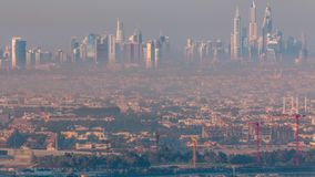 迪拜在日出期间的小游艇船坞和卓美亚奢华酒店集团海滩与清早雾timelapse在迪拜,阿拉伯联合酋长国 股票录像
