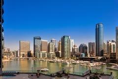 迪拜在白天期间的小游艇船坞地平线在迪拜,阿拉伯联合酋长国 库存图片