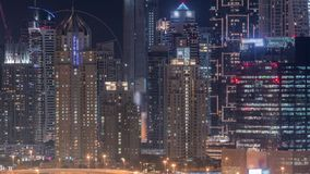 迪拜在高尔夫球场夜timelapse,迪拜,阿拉伯联合酋长国附近的小游艇船坞摩天大楼 影视素材