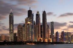 迪拜在黄昏的海滨广场地平线 免版税库存图片