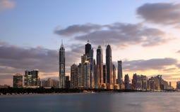 迪拜在黄昏的海滨广场地平线 库存图片