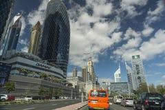 迪拜地平线在一个明亮的晴天 免版税库存照片