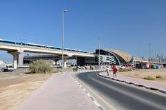 迪拜地铁火车。 库存照片