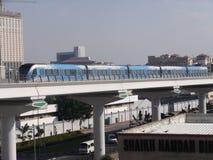 迪拜地铁火车在阿拉伯联合酋长国 图库摄影
