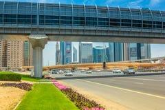 迪拜地铁车站和人行桥 图库摄影
