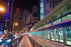 迪拜地铁车站的地面亭子 城市点燃晚上场面 库存照片