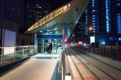 迪拜地铁车站的地面亭子 城市点燃晚上场面 免版税库存照片