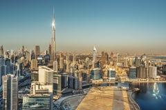 迪拜塔高的看法在日落的 风景地平线 免版税库存照片