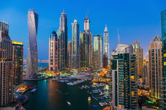 迪拜小游艇船坞全视图在从上面的晚上 免版税库存图片