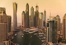 迪拜小游艇船坞全视图微明的从上面 库存图片