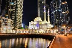 迪拜小游艇船坞和穆斯林清真寺的夜照明 库存图片