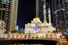 迪拜小游艇船坞和穆斯林清真寺的夜照明 免版税库存图片
