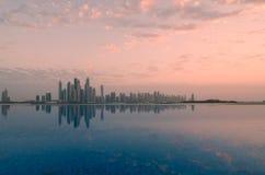 迪拜小游艇船坞和他们的反射摩天大楼的看法  免版税库存图片