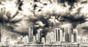 迪拜小游艇船坞在日落的摩天大楼反射,阿拉伯联合酋长国 库存图片