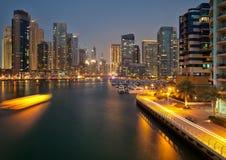 迪拜小游艇船坞在晚上 免版税库存图片