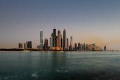 迪拜小游艇船坞地平线如被看见从棕榈Jumeirah,阿拉伯联合酋长国 免版税库存照片