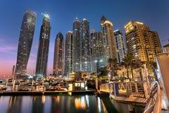 迪拜小游艇船坞塔在蓝色小时 免版税库存图片