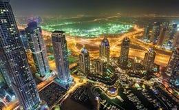 迪拜小游艇船坞塔视图在晚上 库存图片