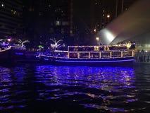 迪拜小游艇船坞巡航在夜 免版税库存照片