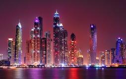迪拜小游艇船坞惊人的夜全景  阿拉伯酋长管辖区团结了 库存照片