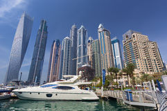 迪拜小游艇船坞摩天大楼和口岸与豪华游艇,迪拜,阿联酋 库存照片