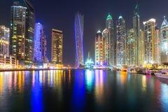 迪拜小游艇船坞摩天大楼在晚上,阿拉伯联合酋长国 库存图片