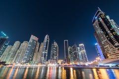迪拜小游艇船坞摩天大楼在期间 库存图片