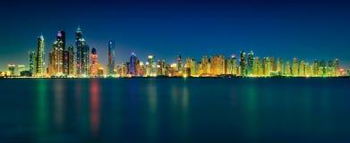 迪拜小游艇船坞摩天大楼惊人的夜地平线全景  都市风景迪拜海滨广场全景场面日落 阿拉伯酋长管辖区团结了 库存图片