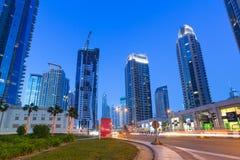 迪拜小游艇船坞有启发性摩天大楼在晚上 免版税库存照片