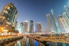 迪拜小游艇船坞沿人为运河,阿拉伯联合酋长国的夜地平线 库存图片