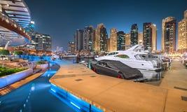 迪拜小游艇船坞游艇俱乐部在不可思议的蓝色夜 免版税库存图片