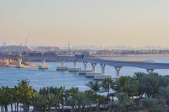 从迪拜小游艇船坞的单轨铁路车在有火车的亚特兰提斯 库存图片
