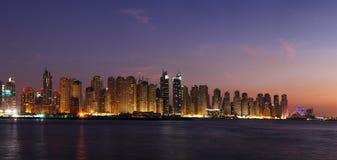 迪拜小游艇船坞的右边包括从阿拉伯海湾看见的JBR 免版税库存照片