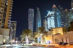 迪拜小游艇船坞的夜照明和Cayan耸立 免版税图库摄影