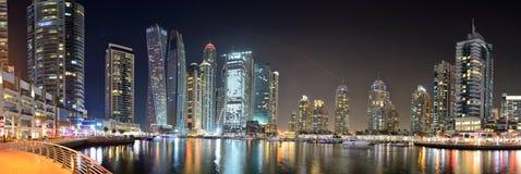 迪拜小游艇船坞的夜照明和Cayan耸立 库存图片