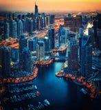 迪拜小游艇船坞被阐明的建筑学在夜之前 风景蓝色小时地平线 库存图片