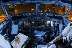 迪拜小游艇船坞驾驶舱 免版税库存照片