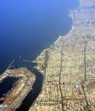 迪拜市、口岸和海岸线鸟瞰图  库存图片