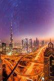 迪拜市在晚上在满天星斗的天空下在阿联酋 免版税库存照片