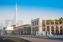 迪拜市步行有Burj哈利法图- 15 09 2017年托马什Ganclerz 免版税库存照片