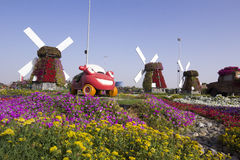 迪拜有汽车显示的奇迹庭院 库存图片